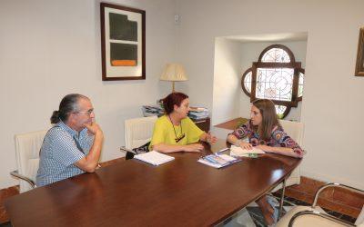Entrega memoria de actividades a la  la Delegada del Gobierno de la Junta de Andalucía