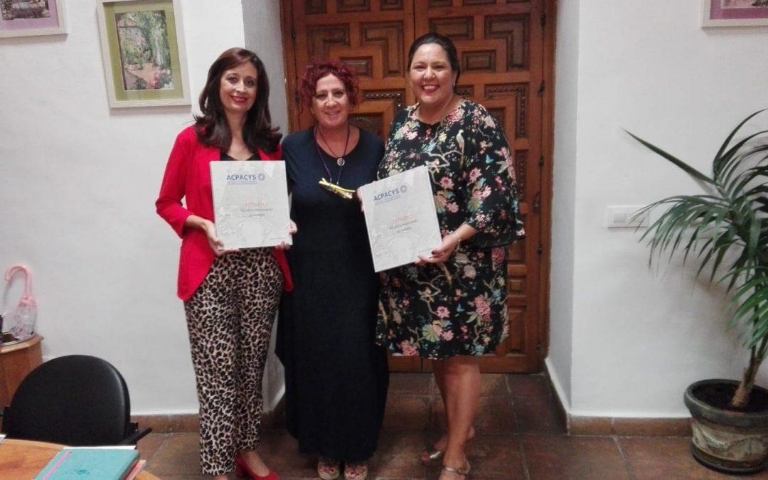 Entrega a la Presidenta de IPRODECO y a la Delegada de Hacienda y Gobierno Interior de la Diputación del libro conmemorativo de nuestro 40 aniversario