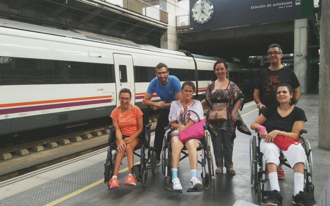 El grupo de autonomía social realiza un recorrido por la estación de trenes