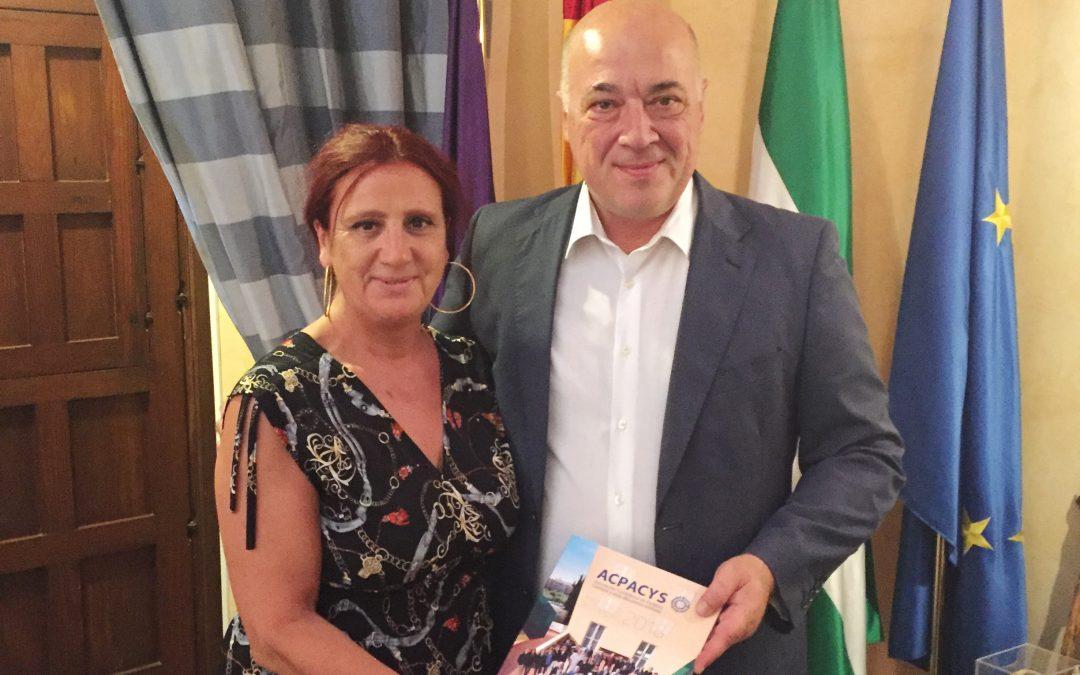 Entrega a Antonio Ruiz de Invitación al Congreso