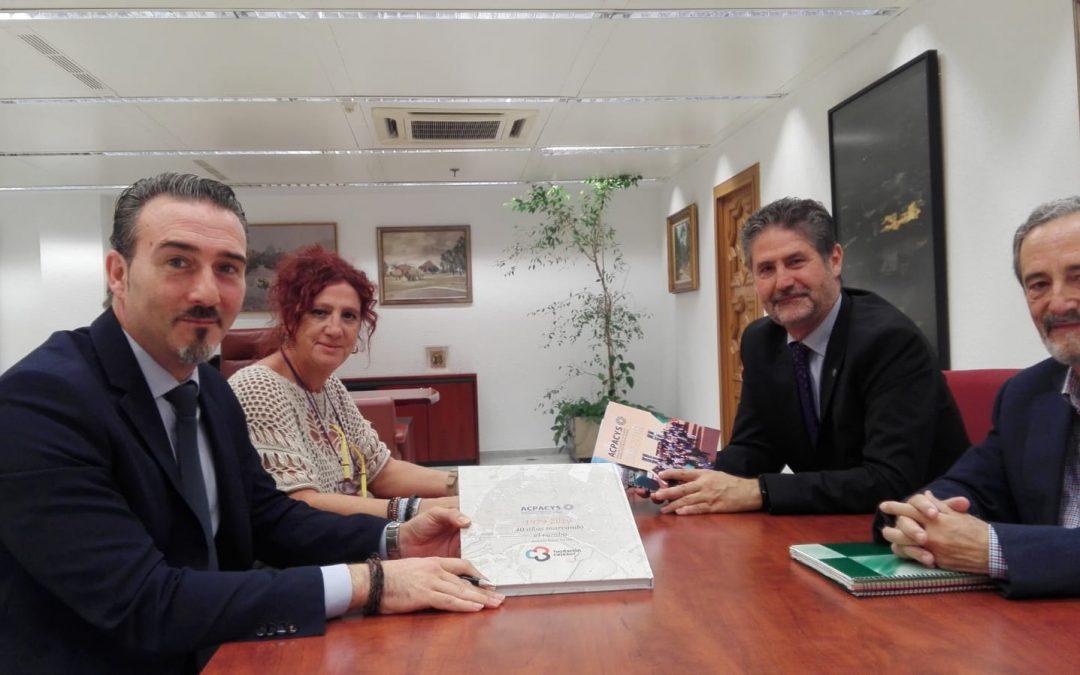 Acpacys hace entrega de ejemplares del libro 40 Años Marcando El Rumbo a Fundación Cajasur